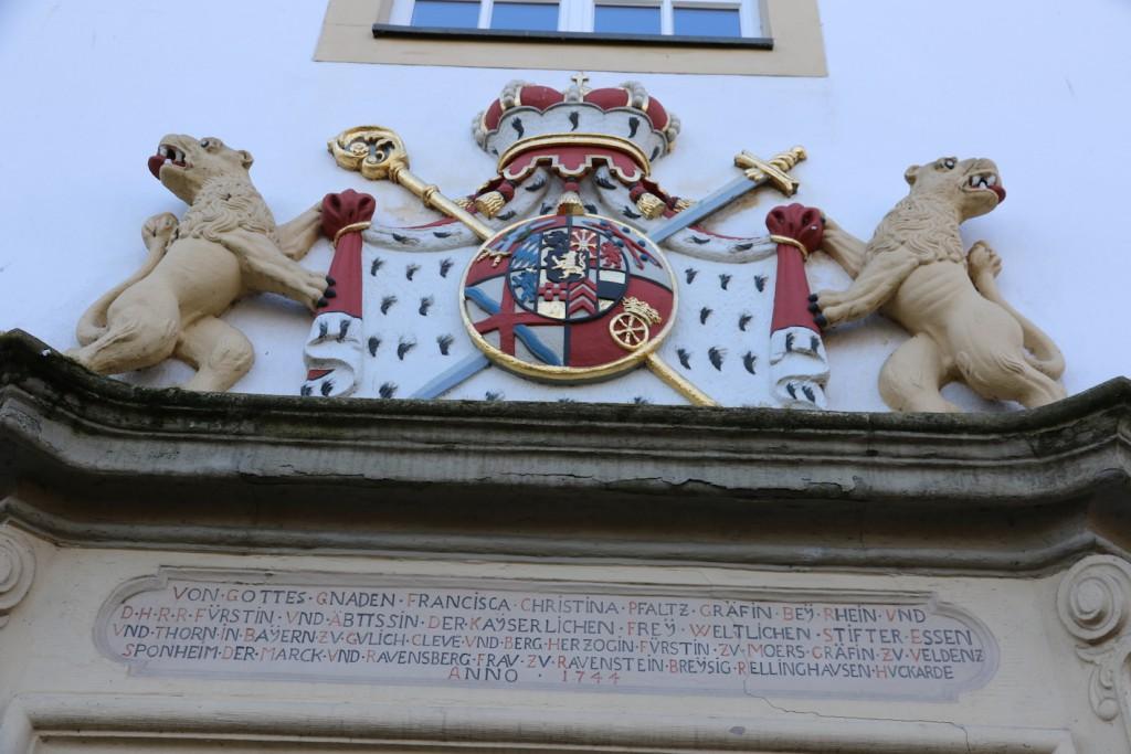 Über dem Eingang: Wappen der Fürstäbtissin Christina von Pfalz-Sulzbach