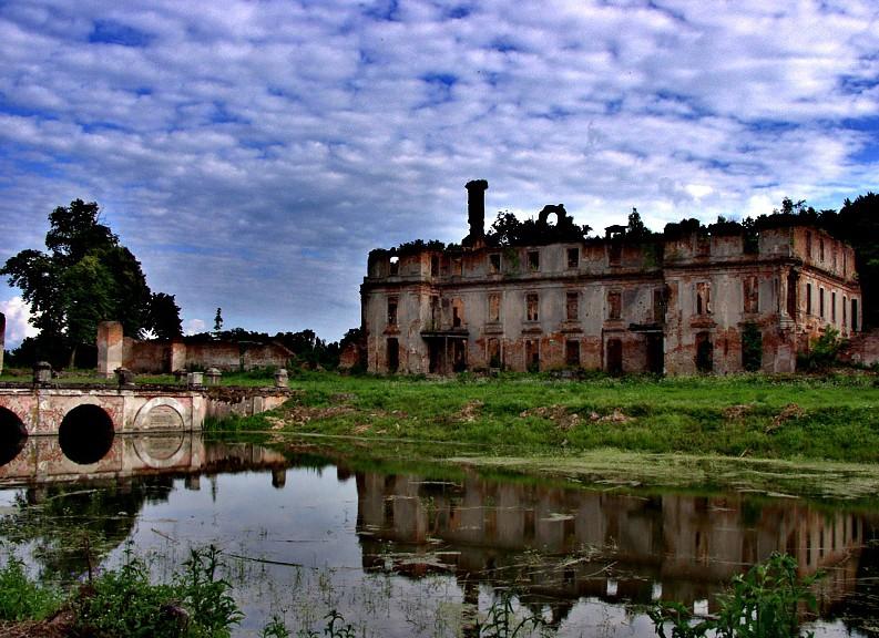 Schloss Schlobitten wurde 1945 zur Ruine: Die dort lagernde Sammlung wurde gerettet / Foto: Wikipedia / Maciej Podstolski / CC-BY-SA 3.0 / Foto oben: A.Savin / CC-BY-SA 3.0
