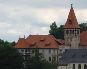 Das Schloss mit dem 1911 aufgestockten Turm des Admirals von Seckendorff / Foto: Wikipedia / Venetianer / CC-BY-SA 3.0