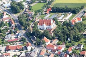 Das Schloss im Ortsbild / Foto: Wikipedia / A. Köppl / CC-BY-SA 3.0