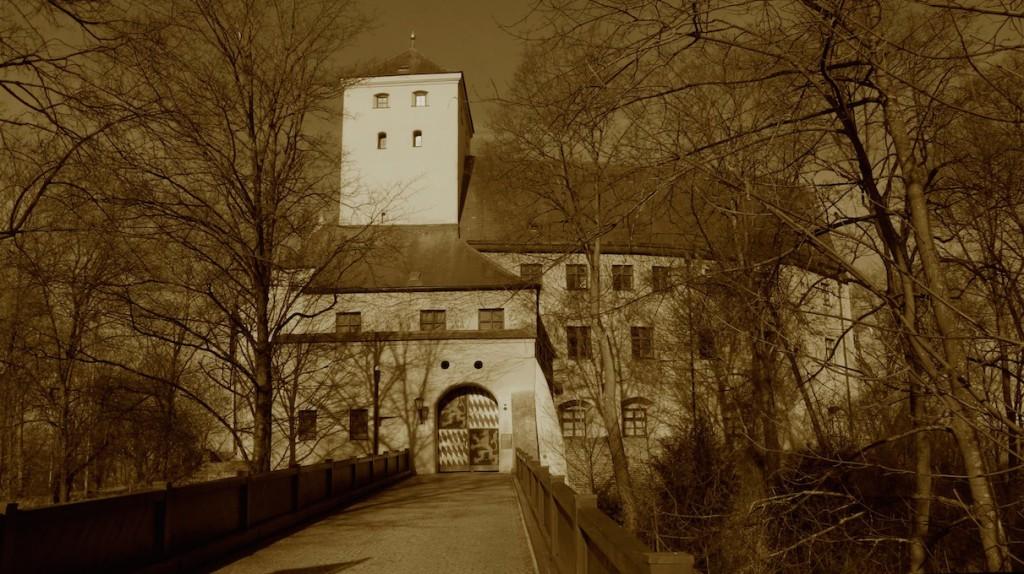 Das Wittelsbacher Schloss in Friedberg: Ein Ort voller negativer Energien? Foto: Wikipedia / Franzfoto / Bearbeitung von mir / CC-BY-SA 3.0