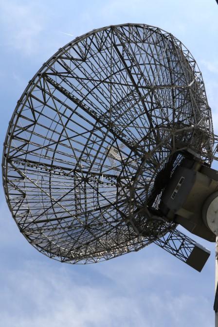 Das Teleskop fängt die Radiostrahlung des interstellaren Waserstoffs auf.