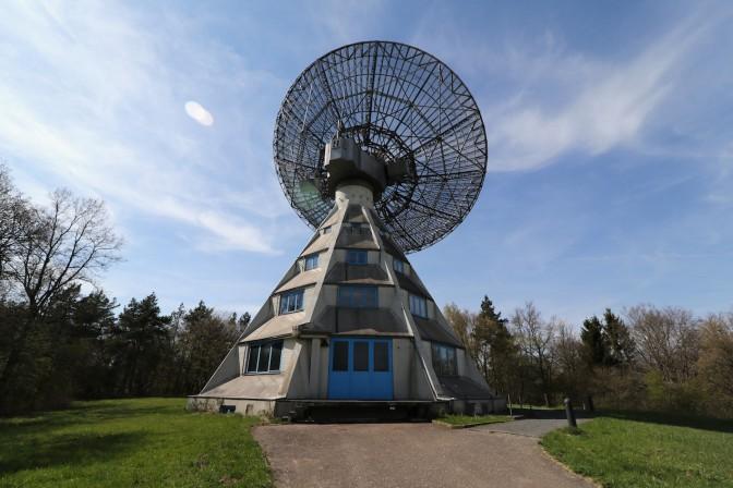 Der Astropeiler Stockert mit seiner frei schwenkbaren 25-Meter-Antenne