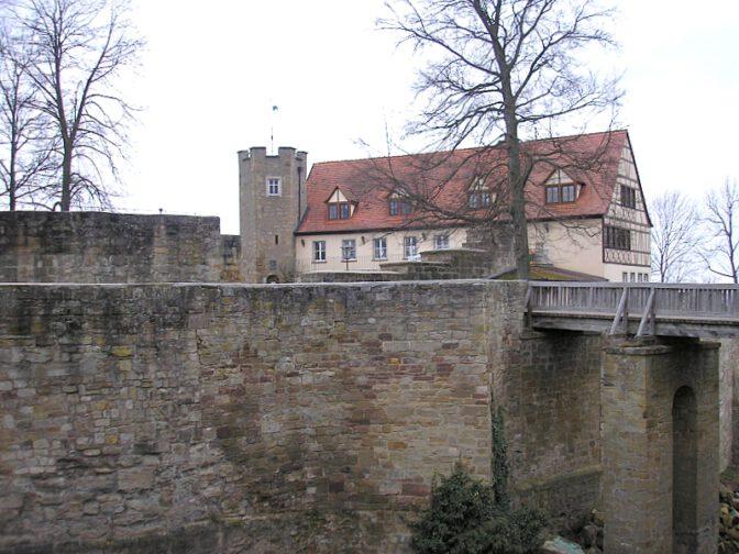 Burg Koenigsberg und ein Teil der Brücke über den Halsgraben. Foto: Wikipedia / Dark Avenger / CC-BY.SA 3.0