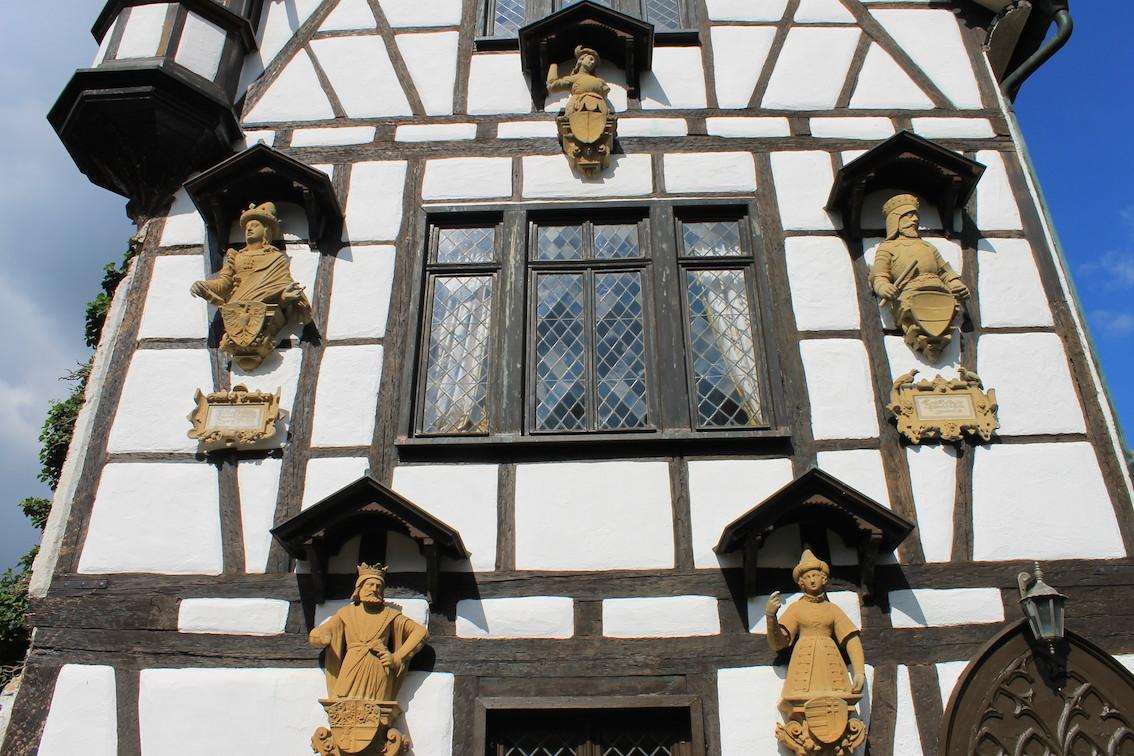 Ja ja,die Rittersleut: Fassade eines der Nebengebäude