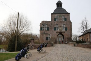 Golfausrüstung vor der Vorburg