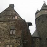 Kletternder Dieb stiehlt Wappenbanner auf Burg Altena