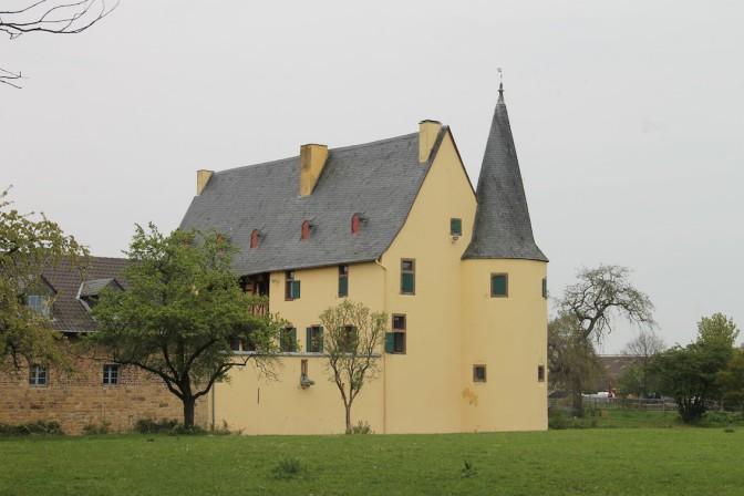 Blick auf die Rückseite von Burg Langendorf / Foto: Burgerbe.de