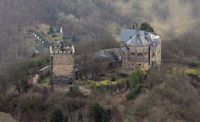 Burg Rheineck mit ihrer charakteristischen Kapelle / Foto: Wikipedia / MFSG / CC-BY-SA 3.0