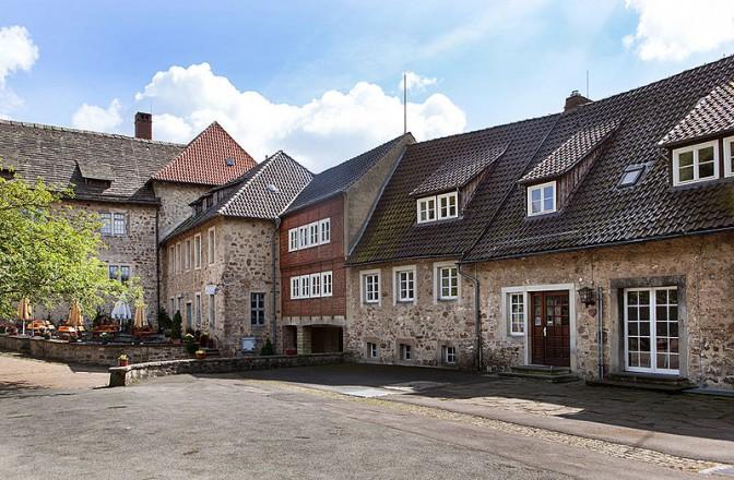 Innenhof der Burg Sternberg mit Burg-Café / Foto: Wikipedia / Grugerio / CC-BY-SA 3.0