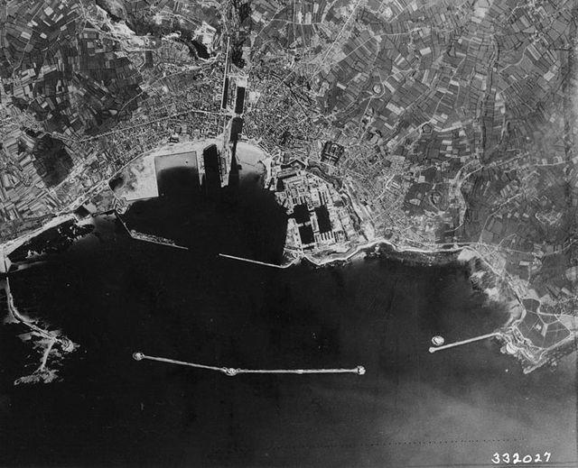 Luftaufnahme des Hafens von Cherbourg 1944. Die Batterie York lag rechts knapp außerhalb des fotografierten Bereichs / Foto: gemeinfrei