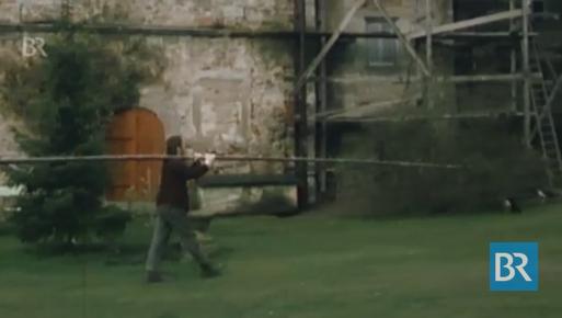 1970: Der BR filmt den neuen Burgherr beim Renovieren / Bild: Screenshot Youtube