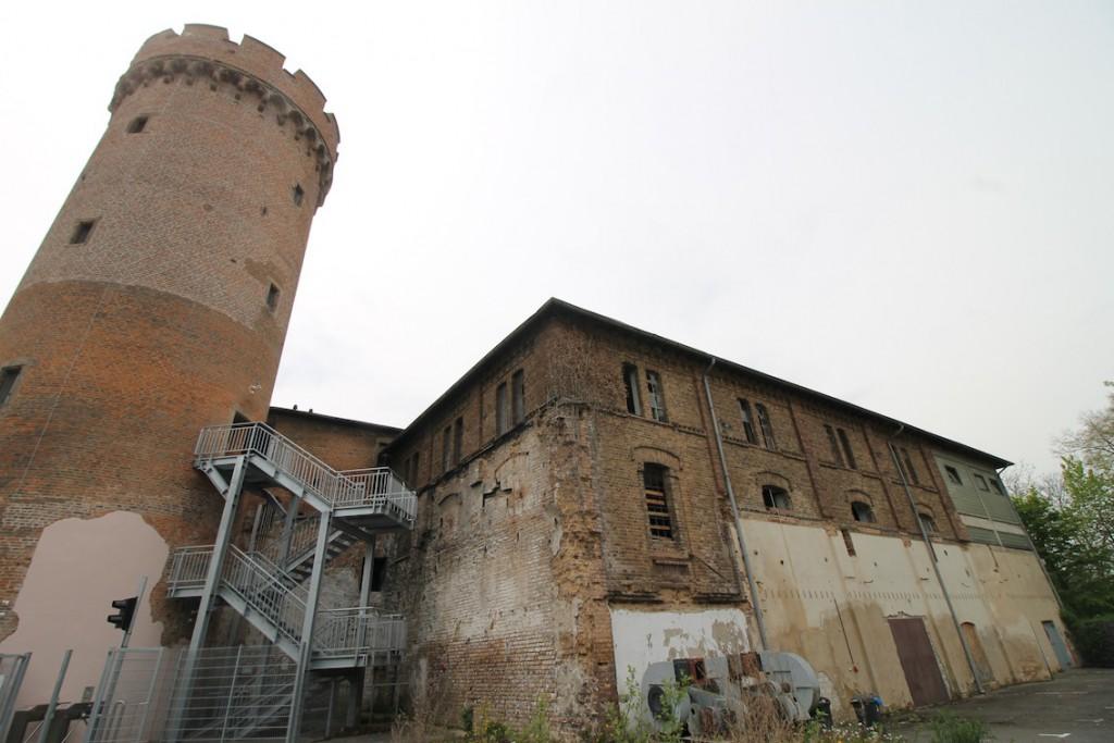 Ein an die Burg angebautes Gebäude der Schnapsfabrik von 1870 steht noch / Fotos: Burgerbe.de