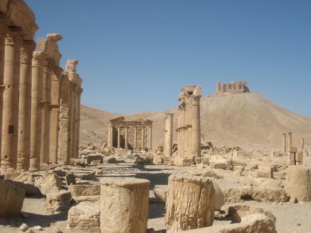 Die Säulenallee der Welterbestätte Palmyra, rechts daneben die Burg / Fotos: Burgerbe.de