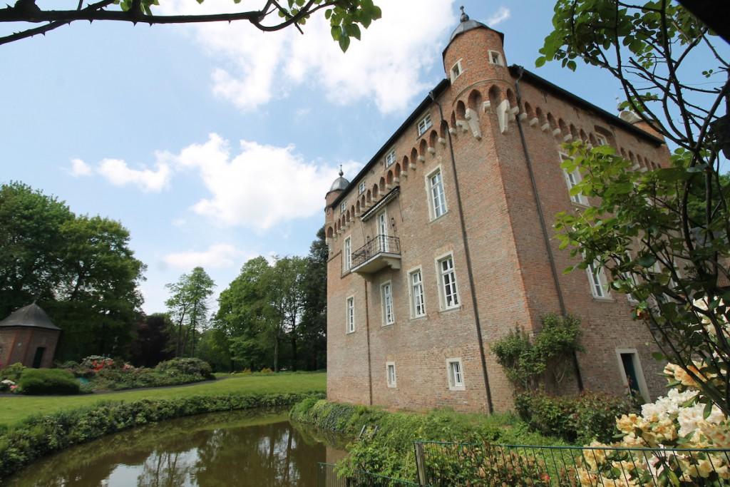 Ein Wassergraben umgibt das Schloss