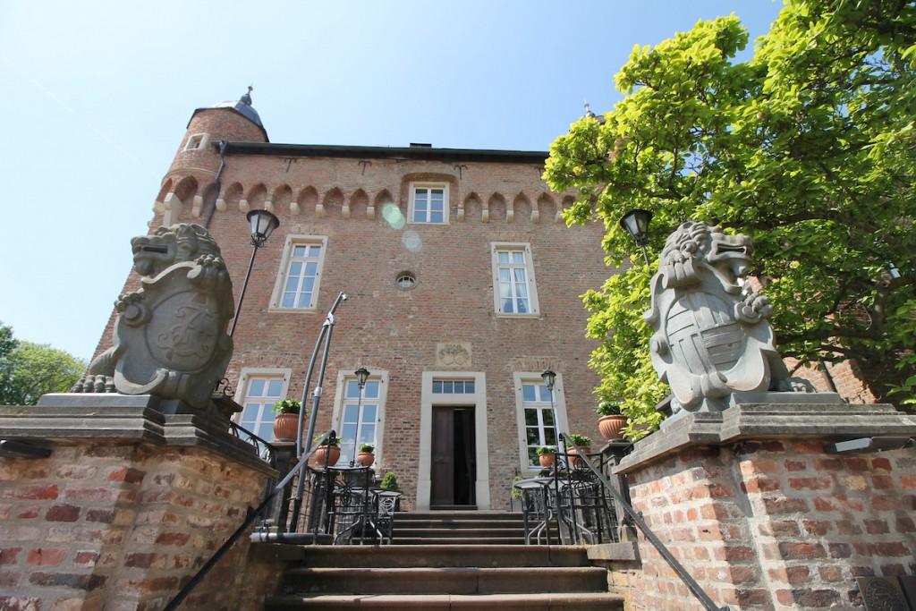 Löwenfiguren bewachen den Zugang zum Schloss