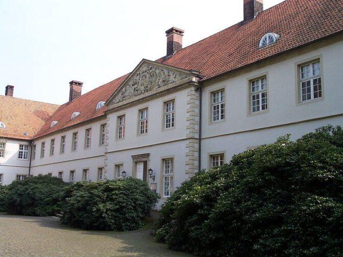 Hauptgebäude von Schloss Cappenberg vor dem Metalldiebstahl: Die Regenrinnen aus Kupfer sind gut zu erkennen. Foto: Wikipedia / Stahlkocher / CC-BY-SA 3.0