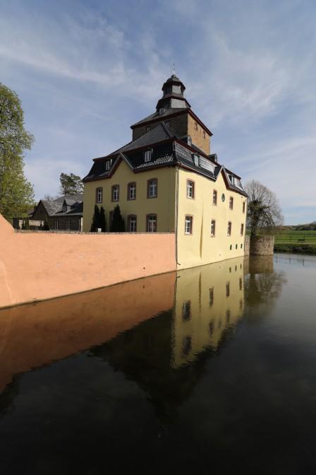 Burg Kirspenich: Malerische Wasserburg in der Eifel / Fotos: Burgerbe.de