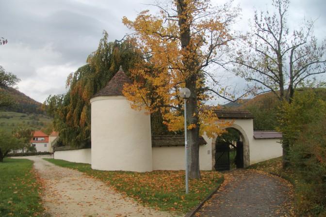 Eingangstor zum einstigen Stauffenberg-Schlossgrundstück