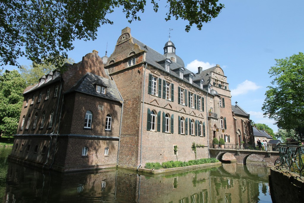 Burg Bergerhausen ist weiter von allen Seiten von Wasser umgeben.