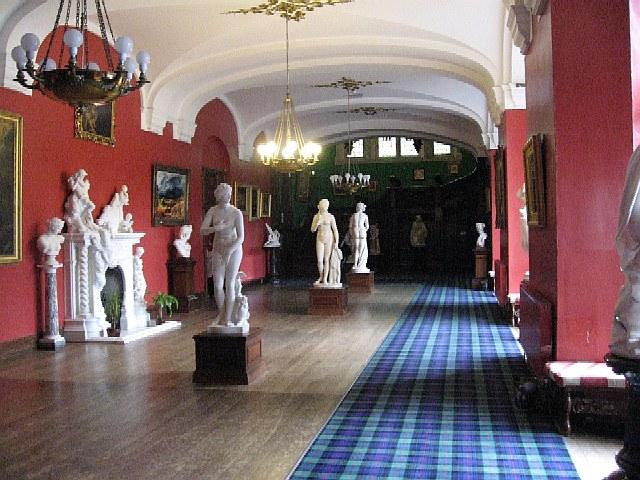 Der lange Korridor von Carbisdale Castle mit den Skulpturen, die in London versteigert wurden / Foto: Wikipedia / Roger Gilbertson / CC-BY-SA 3.0