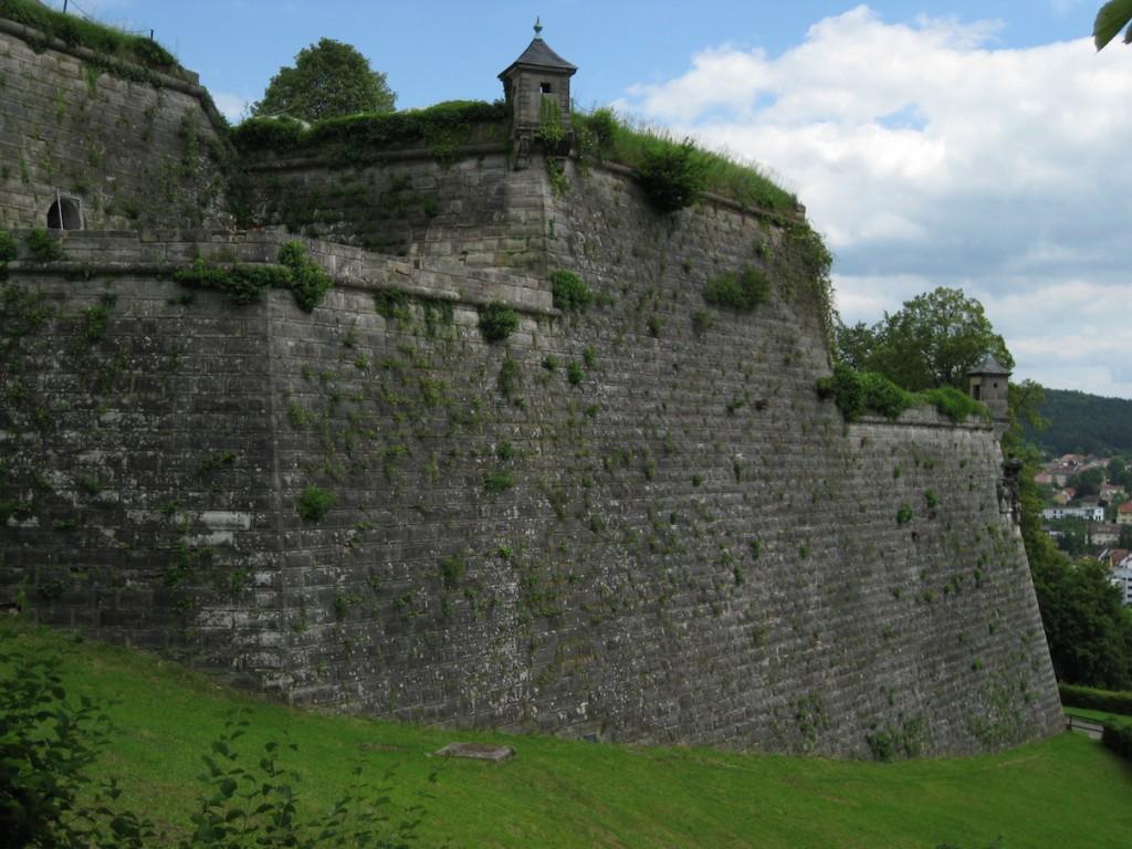 Mächtige Bastionen prägen heute das Bild der Festung