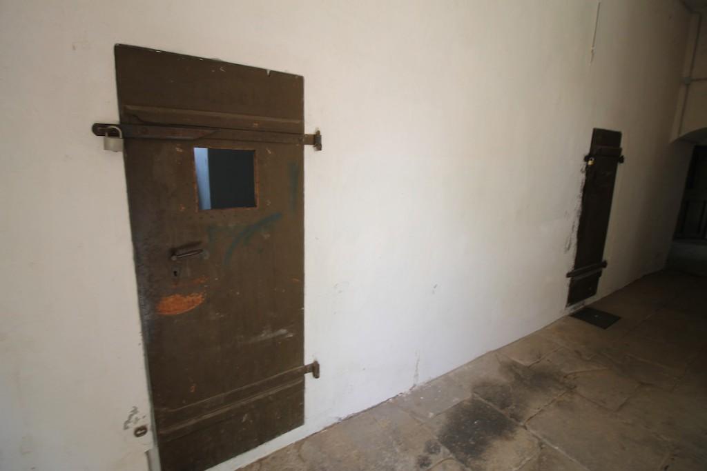 Zellentüren erinnern an die Zeit als Gefängnis
