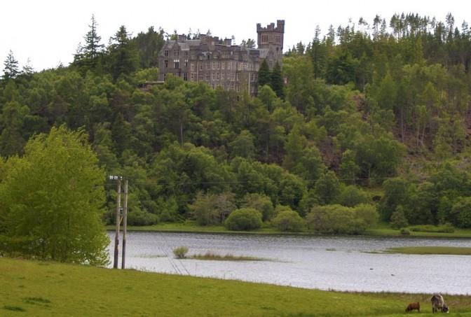 Blick vom Kyle of Sutherland auf Carbisdale Castle / Foto: Wikipedia / Paul Hermans / GNU-Lizenz