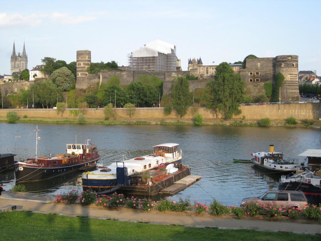 Chateu Angers, gesehen von der anderen Flussseite aus.