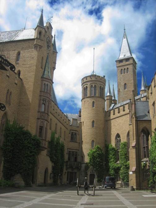 Der Innenhof von Burg Hohenzollern. Der Chef ist gerade nicht zu Hause, was man am Flaggenmast sieht (Fotos: Burgerbe.de).