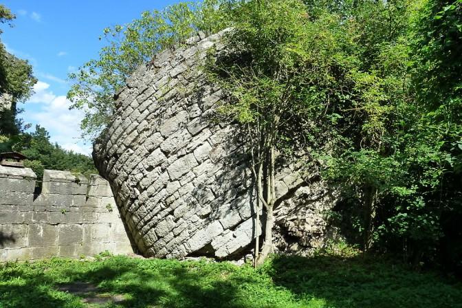 Der geborstene Bergfried der alten Burg Landeswehre / Foto: Wikipedia / Kramer96 / CC-BY-SA 3.0