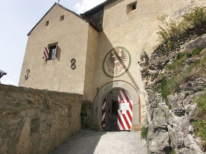 Tor zu Schloss Tarasp / Foto: Wikipedia / Shesmax / CC-BY-SA 3.0