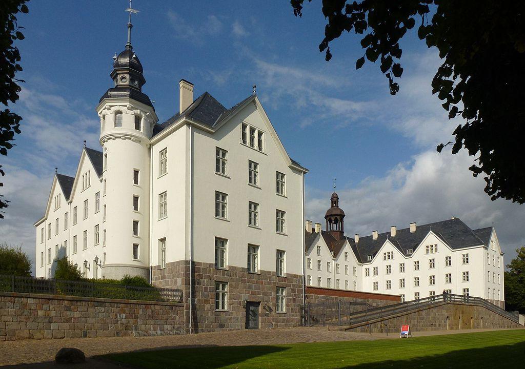 Majestätisch: Schloss Plön  Foto: Wikipedia / Holger Ellgaard / CC-BY-SA 3.0 / Foto oben: Wikipedia / Bunte Nordlichter  CC-BY-SA 2.0