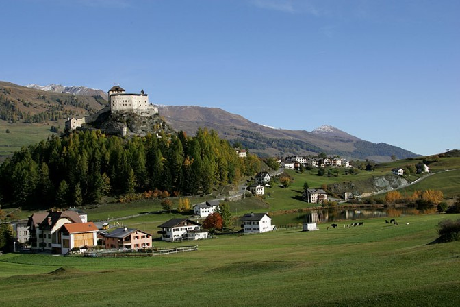 Blick auf Schloss Tarasp / Foto: Wikipdedia / Roland Zumbühl / CC-BY-SA 3.0 / Foto oben: