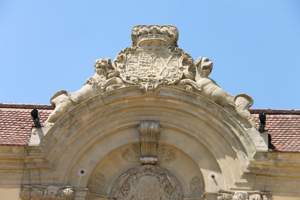 Das Wappen der Hohenlohe-Schilligsfürst dominiert den Schlosshof