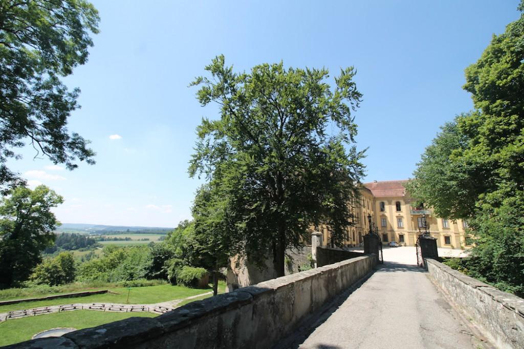 Die Brücke zum Schloss und der Blick ins Land