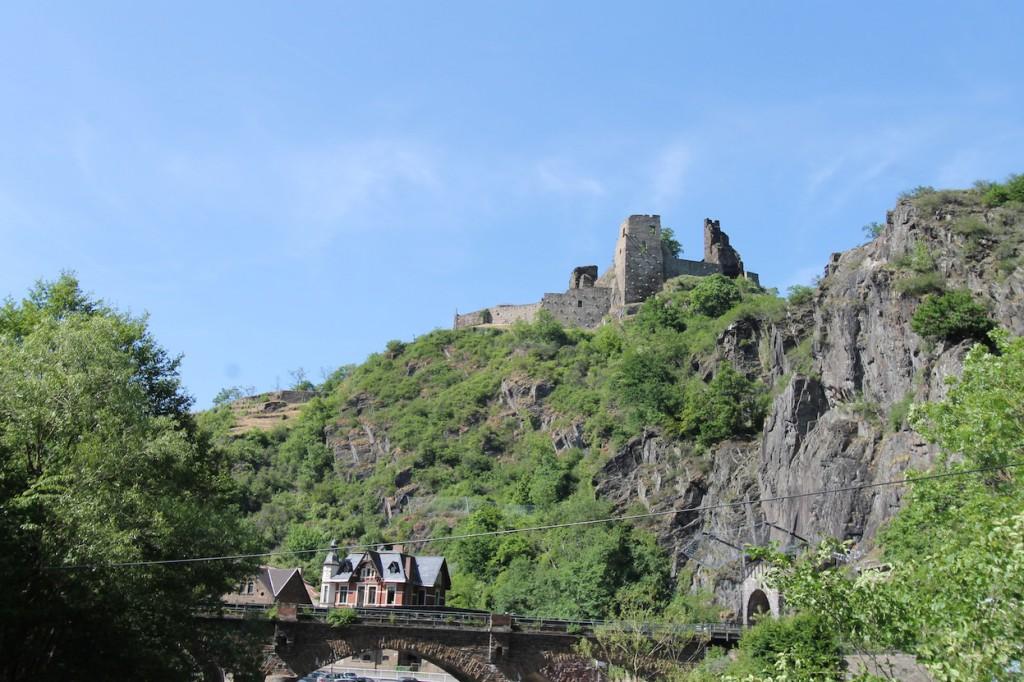 Der steile Burgberg von Burg Are musste gesichert werden.