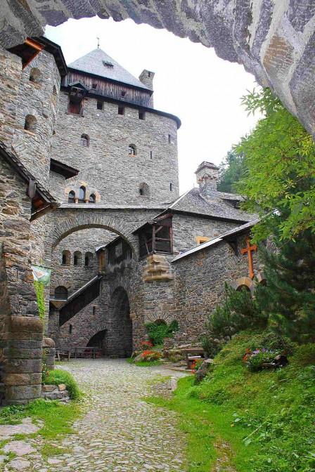 Blick auf Burg Finstergrün / Foto: Wikiepedia / Benreis / CC-BY-SA 3.0