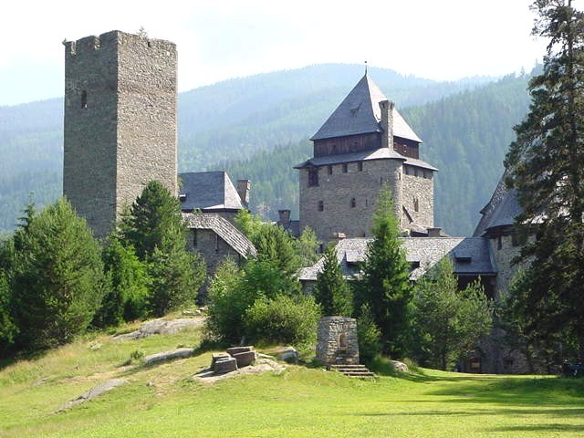 Burg Finstergrün ist auch nicht schlecht: / Foto: Wikipedia Michael Dufek / CC-BY-SA 3.0 / Foto oben: Wikipedia / Matthias Kabel / CC-BY-SA 3.0