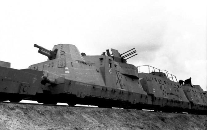Ein Panzerzug der Wehrmacht / Foto: Bundesarchiv / Zwirner / CC-BY-SA 3.0 / Foto oben: Schloss Fürstenstein / Wikipedia / Drozdp / CC-BY-SA 3.0
