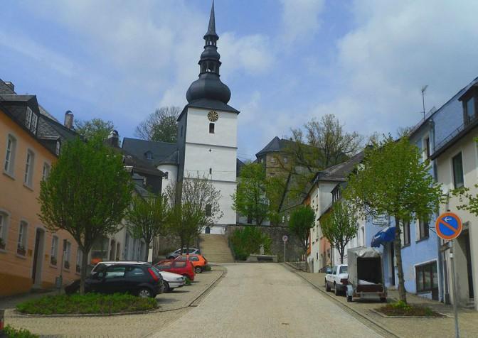 Schauenstein: Marktplatz, Kirche und im Hintergrund das Schloss / Foto: Wikipedia / Benreis / CC-BY-SA 3.0