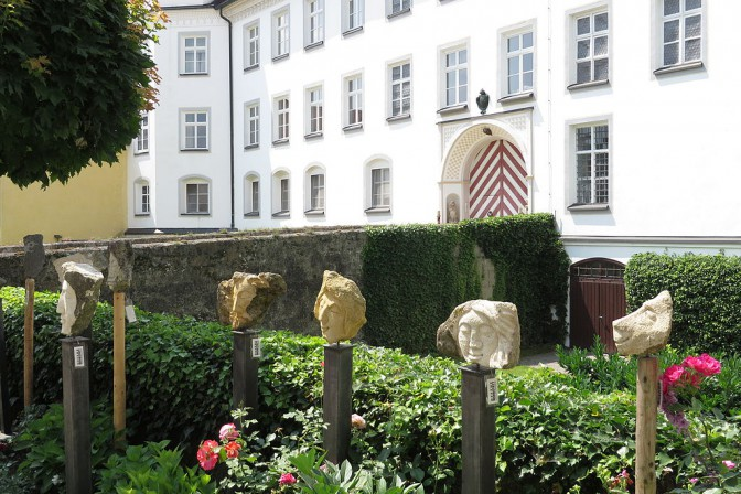 Hier ließe sich bestimmt gut lernen: Eingang zu Schloss Tüssling / Foto: Wikipedia / Aconcagua / CC-BY-SA 3.0