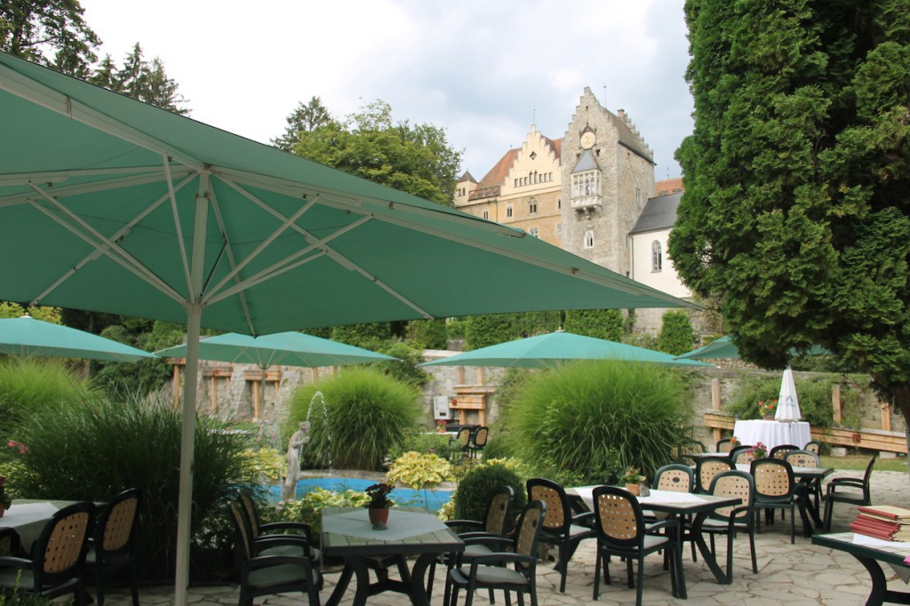Im Schatten von Schloss Egg liegt ein Restaurant / Fotos: Burgerbe.de