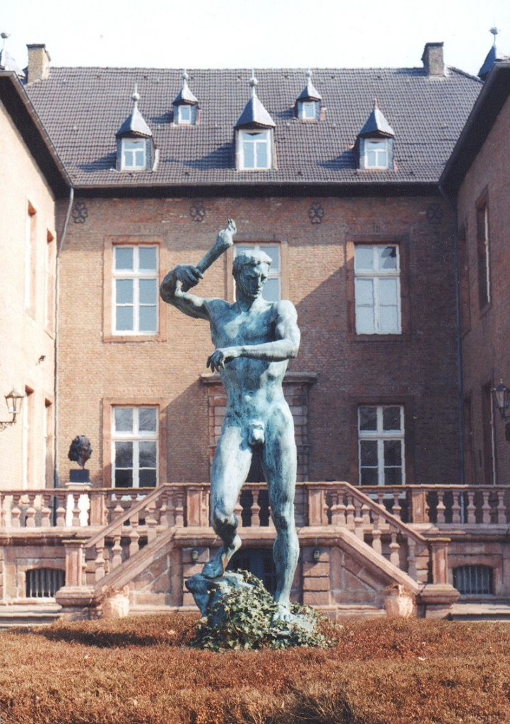"Vor Schloss Nörvenich steht Arno Brekers ""Prometheus"" / Foto: Wikipedia / Viborg~commonswiki / CC-BY-SA 3.0"