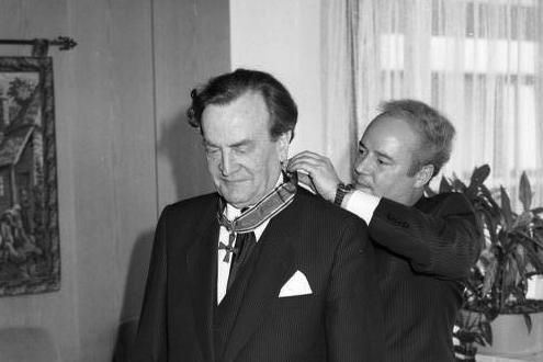 Der damalige Burgherr Philipp Freiherr von Boeselager erhielt 1989 das Bundesverdienstkreuz / Foto: Bundesarchiv, B 145 Bild-F081237-0014 / Engelbert Reineke / CC-BY-SA 3.0