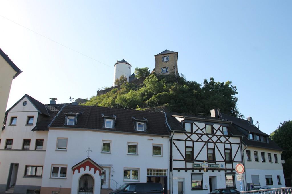 Blick vom Ort auf Burg Kreuzberg