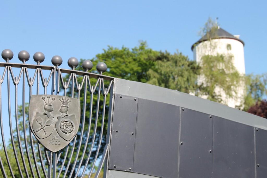 Burg Kreuzberg mit Boeselager-Wappen