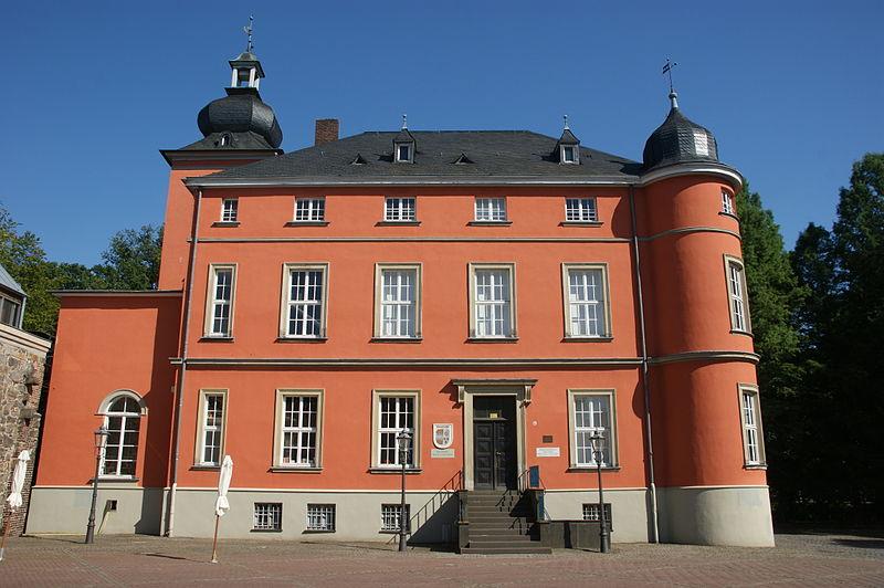 Das Herrenhaus von Burg Wissem stammt von 1840 / Foto: Wikipedia / Tohma  / Marcus Bentfeld / CC-BY-SA 3.0 / Foto oben: Wikipedia / Thoma / GFDL