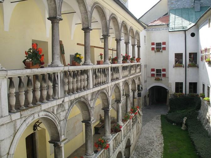 Arkadengang im Innenhof von Burg Strachau / Foto: Wikipedia / Walter Isack (isiwal) / CC-BY-SA 3.0.at