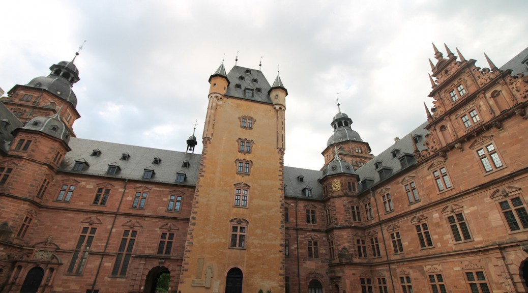 Schloss Johannisburg: Ein mächtiger Bergfried beherrscht den Hof / Fotos: Burgerbe.de